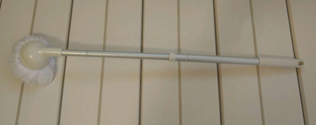 この『バスボンくん』を使います。ブラシが伸びるので、手の届きにくいところでも立ったまま掃除できるんです!