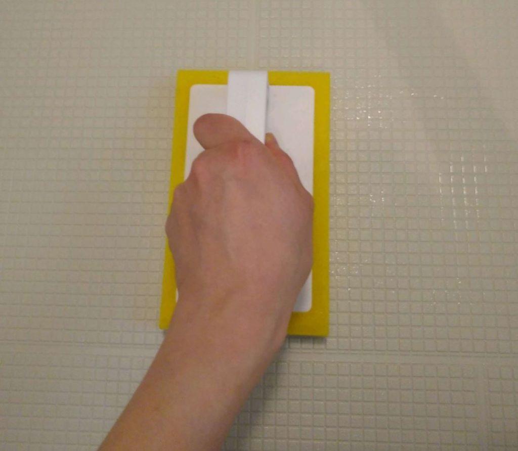 この『ブラシスポ』を使います。 握りしめて使えるのでスポンジよりも使いやすい!