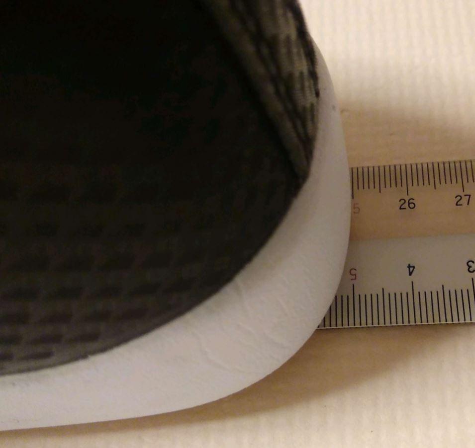 靴の大きさは25cm程度
