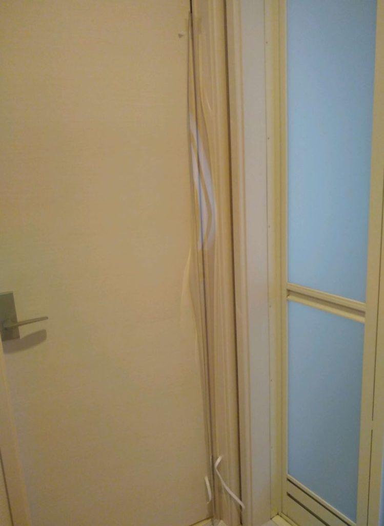 はさマンモス取り付け方法03.天井側仮止め後 扉が閉まるか確認